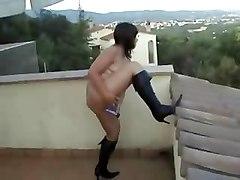 Esibizionista si mastuba sul balcone di casa con vibratore